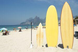 As pranchas também são um dos principais acessórios de esportes aquáticos  radicais nos dias de hoje e ef3b21449929a