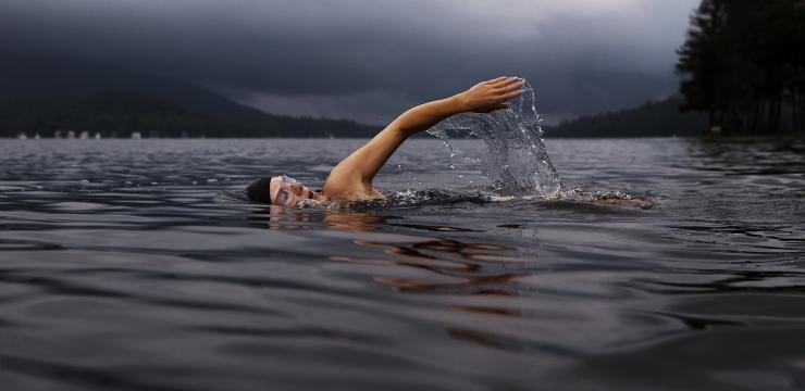 Um médico de Harvard diz que a natação é um dos cinco melhores exercícios para o seu corpo