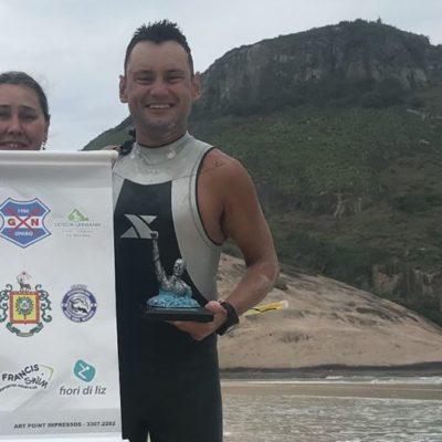 Gaúcho Edilson Bento presta homenagem ao pai ao nadar os 36 km da Travessia do Leme ao Pontal