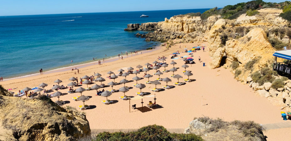 Portugal começa a flexibilizar restrições e a retomar atividades nas praias e piscinas