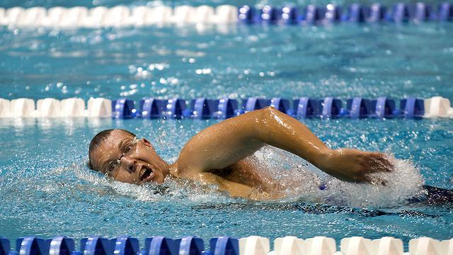 É possível pegar Covid-19 em aulas de natação?