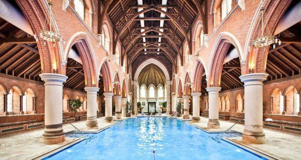 Nadar em uma Igreja no estilo gótico vitoriano em Londres