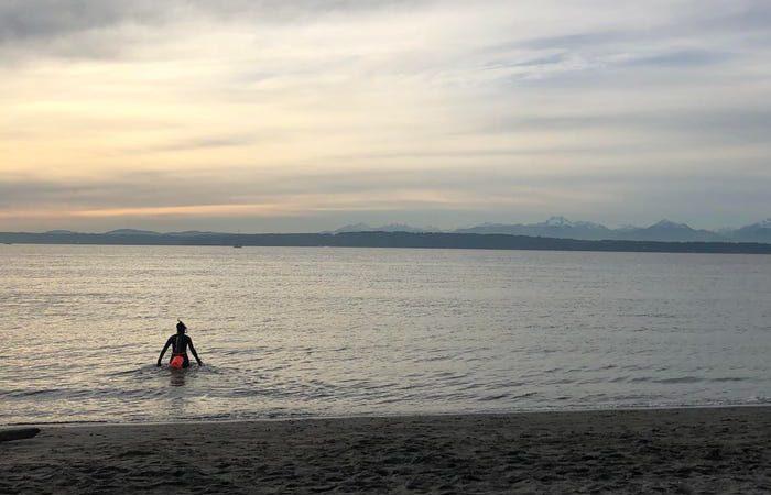 A natação em água fria está em alta, à medida que as pessoas procuram maneiras de se livrar da fadiga da pandemia do Coronavírus