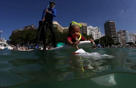 Menina de 4 anos ganha condecoração por limpar praias do Rio de Janeiro